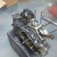 """Blok Sportster aan bonken.Gebroken zuigerveer en een vastgelopen oliepomp zorgen voor een blokrevisie. Nieuwe cilinders en zuigers, nieuwe oliepomp en alle lagers en assen nagezien. Straks ook nog een S&S Super E carburateur erop en knallen! • <a style=""""font-size:0.8em;"""" href=""""http://www.flickr.com/photos/88422686@N06/14448845846/"""" target=""""_blank"""">View on Flickr</a>"""